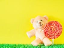 Teddy Bear-Spielzeug mit roter und weißer Pfefferminzsüßigkeit Stockbild