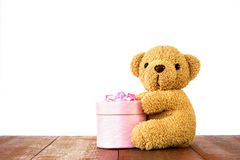Teddy Bear tenant le boîte-cadeau sur le bois Photographie stock libre de droits