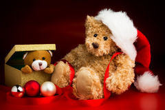 Teddy Bear Wearing en julhatt och en Toy Bear Peeking Out av Royaltyfri Foto