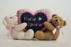 Teddy Bears Holding el corazón de la tela fotos de archivo