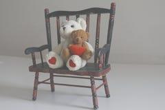 Teddy Bears på en träbänk arkivbild