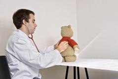 Teddy bij de artsen Stock Fotografie
