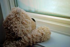 Teddy die op zijn jonge vriend wachten royalty-vrije stock fotografie