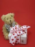 Teddy met verjaardagsgift Stock Foto's