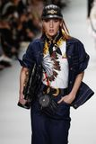Teddy Quinlivan camina la pista en la demostración de Versace durante Milan Fashion Week Spring /Summer 2018 fotos de archivo