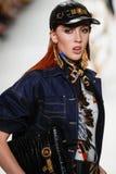 Teddy Quinlivan camina la pista en la demostración de Versace durante Milan Fashion Week Spring /Summer 2018 imagen de archivo libre de regalías