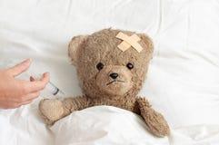 Teddy is ziek royalty-vrije stock afbeelding