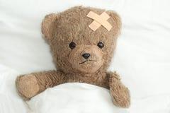 Teddy is ziek royalty-vrije stock afbeeldingen