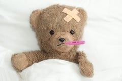 Teddy is ziek stock afbeeldingen