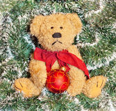 Teddybär über Weihnachtsdekoration Stockbild