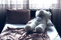 Teddybär auf dem Bett Stockbilder