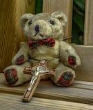 Teddybär auf einer Bankfarbe Stockbilder
