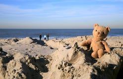 Teddybär betreffen den Strand stockfoto