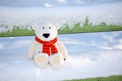 Teddybär betreffen die Bank lizenzfreie stockfotos