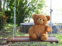Teddybär betreffen Schwingen Lizenzfreie Stockbilder