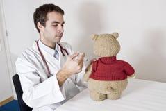 Teddybär an den Doktoren Stockbild