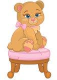 Teddybär, der auf einem Stuhl sitzt Lizenzfreie Stockfotos