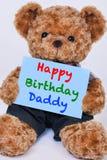 Teddybär, der das blaue Zeichen sagt alles- Gute zum Geburtstagvati hält Lizenzfreie Stockbilder
