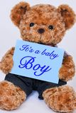 Teddybär, der das blaue Zeichen sagt es ` s ein Baby hält Lizenzfreies Stockbild