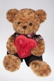 Teddybär, der ein rotes Inneres anhält Lizenzfreies Stockbild