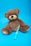 Teddybär, der Einspritzung mit Spritze erhält Stockfoto