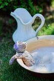 Teddybär, der im Schaum im sonnigen Sommergarten sich wäscht Stockfotos