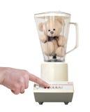 Teddybär in der Mischvorrichtung mit dem Finger, der die Taste, getrennt auf weißem B eindrückt stockfoto