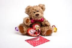Teddybär, der mit Innerem sitzt. Valentinstag Stockbild