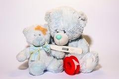 Teddybär, der um seinem Sohn sich kümmert lizenzfreie stockfotos
