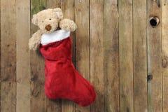 Teddybär in der Weihnachtssocke Stockfotografie