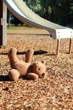 Teddybär in einem Spielplatz Stockfoto