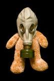 Teddybär in einer Gasmaske Stockbild
