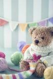 Teddybär in einer woolen Strickjacke lizenzfreie stockfotografie