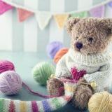 Teddybär in einer woolen Strickjacke stockfotografie