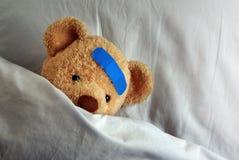 Teddybär im Bett Lizenzfreie Stockfotos