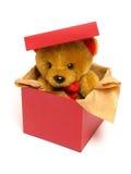 Teddybär innerhalb eines Kastens Stockbild