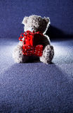Teddybär mit Überraschung lizenzfreie stockfotografie