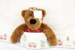 Teddybär mit Augenverband Stockfotografie