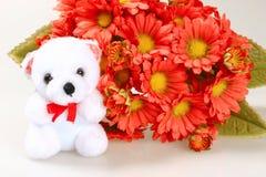 Teddybär mit Blumen Stockfotos