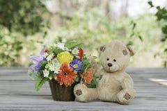 Teddybär mit Blumenvase Lizenzfreies Stockfoto