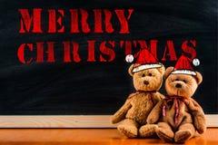 Teddybär mit Hinweissymbol und Mitteilung ` frohe Weihnachten ` Stockfoto