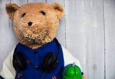 Teddybär mit Kopfhörern an Stockfoto
