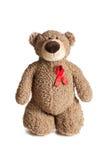 Teddybär mit rotem Farbband unterstützt Bewusstsein Lizenzfreie Stockfotos