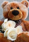 Teddybär mit weißen Rosen Lizenzfreie Stockfotos