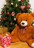 Teddybär nahe Weihnachtsbaum mit Geschenken Lizenzfreie Stockbilder