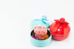 Teddybär, rosa Teddybärkatze des Gelbs auf roter blauer Geschenkbox Stockbilder