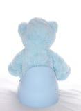 Teddybär sitzt auf dem Töpfchen lizenzfreie stockbilder