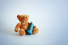 Teddybär- und Asthmaspray Stockfotografie