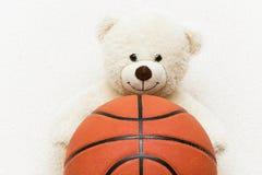 Teddybär und Basketball Stockbilder