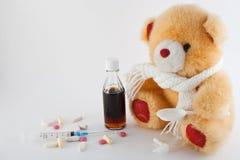 Teddybär und Drogen Stockfoto